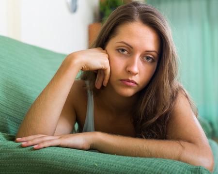 solter�a: Close up retrato de triste joven de pelo largo en casa