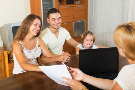 delincuencia: Padres con hijas alegro palabras audici�n de trabajador social europeo