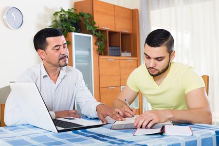 trabajando en casa: Profesor dando clases particulares a los estudiantes en el hogar