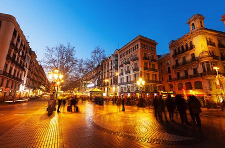 barcelone: Barcelone, Espagne - 13 mars 2014: La Rambla dans la nuit. Barcelone, Espagne. La Rambla un des symboles de la ville. Situé entre El Raval et districts Barri Gotic