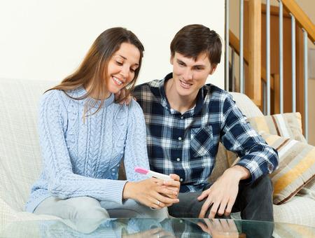 prueba de embarazo: Joven pareja feliz, junto con la prueba de embarazo en el interior