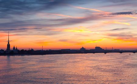 Neva rivier zomer dageraad. St. Petersburg, Rusland