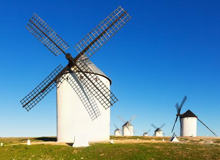 don quijote: Grupo de molinos de viento retro en Campo de Criptana en el día soleado. La Mancha, España