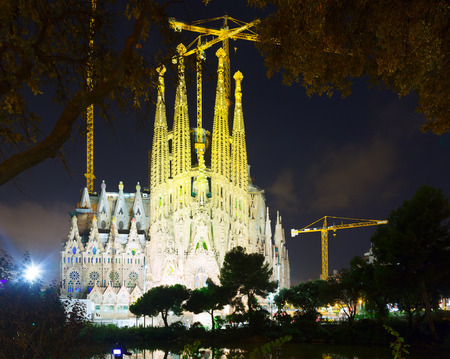 modernisme: BARCELONA, SPAIN - SEPTEMBER 13, 2014: Sagrada Familia in night. Barcelona. Basilica and Expiatory Church of Holy Family by Gaudi, building is begun in 1882 Editorial
