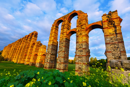 acueducto: Wide angle shot of  ancient roman aqueduct in  evening lights. Merida, Spain Stock Photo