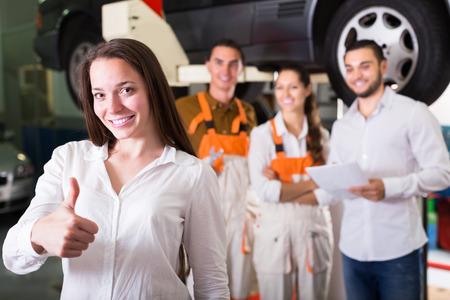 mujeres felices: Mujer sonriente cliente satisfecho con el resultado de la renovaci�n mec�nica