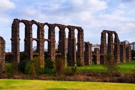acueducto: antique  Roman Aqueduct of Merida in  autumn. Spain Stock Photo