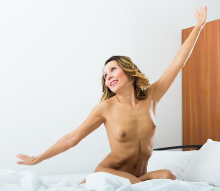 girl sexy nude: sexy chica desnuda estiramiento en el dormitorio