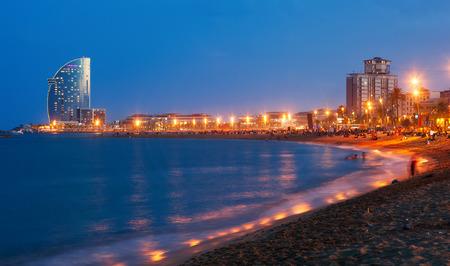 barcelone: Vue de la plage de Barceloneta en nuit d'�t� � Barcelone, Espagne Banque d'images
