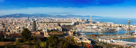 日のポートを持つバルセロナのパノラマ ビュー。スペイン ・ カタロニア