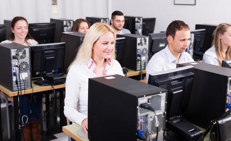 Gestionnaire positif regardant son processus équipe d'affaires travaillant