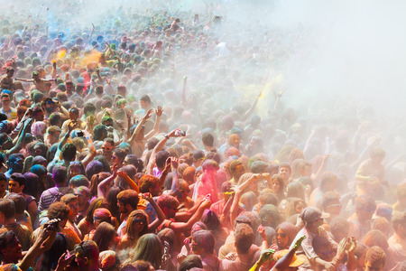 trituration: BARCELONA, SPAIN - APRIL 12, 2015: Dirty people at Festival of colours Holy at Barcelona Editorial