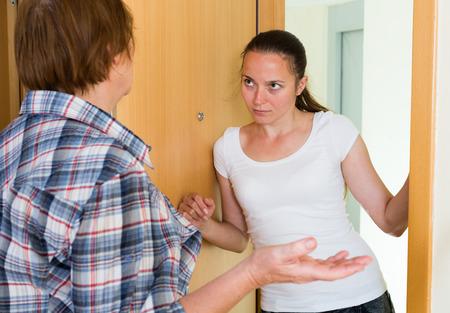conflicto: Dos mujeres agresivas que tienen conflictos en la puerta