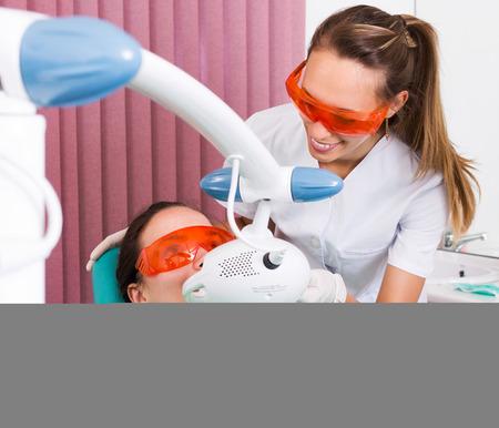 muela: Paciente de dentista visitando joven para blanquear los dientes
