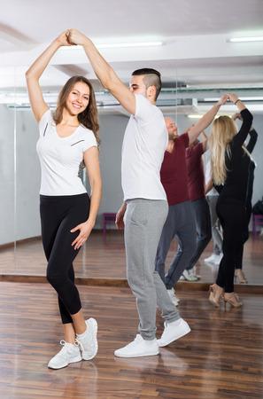 gente bailando: Gente feliz y baile y la coreograf�a de clase en el interior