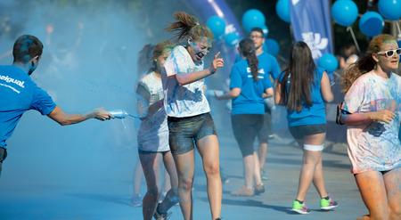 dirty girl: BARCELLONA, SPAGNA - 7 GIUGNO 2015: Happy girl volgari durante il Festival Il Colore Run a Barcellona