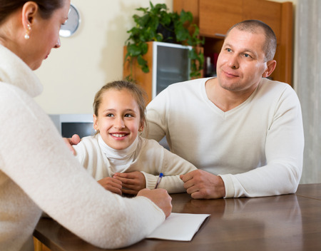 travailleur: P�re et fille de remplir un questionnaire pour le travailleur social