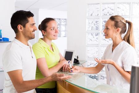 planificacion familiar: Positivo familia joven en la sala de espera de la clínica de planificación familiar Foto de archivo