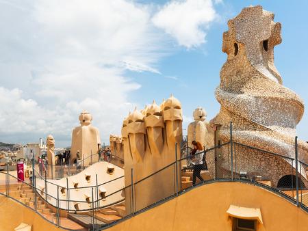 バルセロナ, スペイン - 2015 年 6 月 15 日: 屋根のカサミラ () 1905年-1910 年にアントニ ・ ガウディの建築家によって建てられました。バルセロナ 報道画像