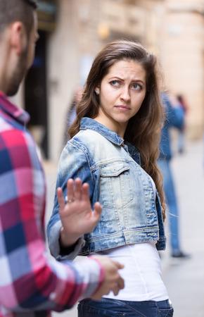 molesto: Mujer hermosa que deshacerse de un hombre molesto que está tratando de recogerla en una calle