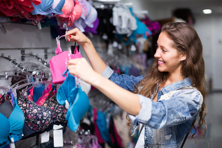 jungen unterw�sche: Smiling M�dchen Ausw�hlen Unterw�sche im Einkaufszentrum