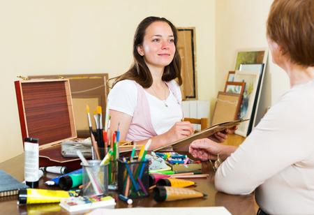 poses de modelos: Modelo Adulto posa para el artista que pinta el retrato Foto de archivo