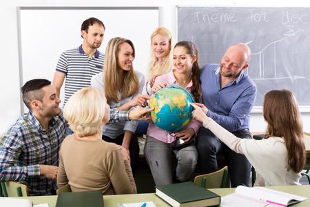 mujeres juntas: Estudiantes felices de maestros y adultos durante las vacaciones en el aula Foto de archivo