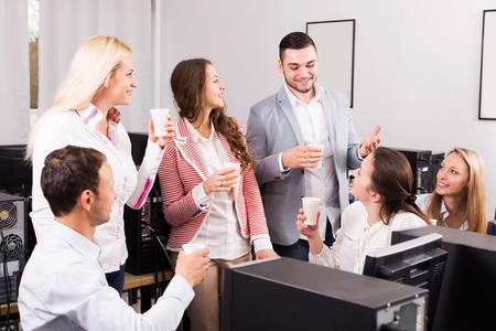buen trato: Los empleados y joven director que celebran buen trato