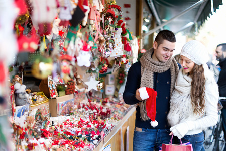 Verheiratetes Paar am Weihnachtsmarkt. Lizenzfreie Bilder