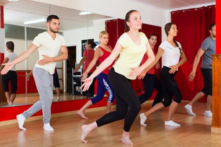 gymnastik: Paare tanzen contemp im Studio l�chelnd und Spa� Lizenzfreie Bilder