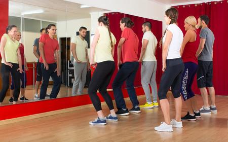 Gruppe von Männern und Frauen, die im Tanzstudio