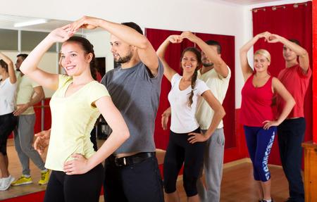 Lachende jonge mensen dansen Latino dans in de klas Stockfoto