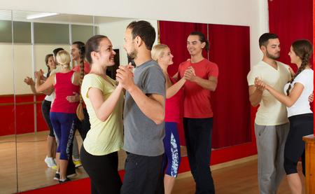 Groep van Spaanse mensen dansen rumba in de studio