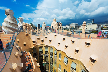 paseig: BARCELONA, SPAIN - JUNE 15, 2015: Closeup of Casa Mila (La Pedrera)   in Barcelona, Catalonia.  House was built in 1905–1910 by Catalan architect Antoni Gaudi Editorial