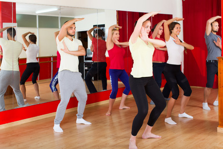 danza contemporanea: Parejas felices activos bailando la danza de estilo moderno en la clase