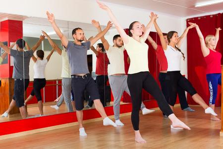 danza contemporanea: Hombres y mujeres sonrientes y bailando la danza contemp en estudio