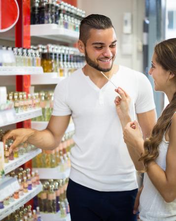 selects: Uomo adulto di buon umore seleziona profumo in negozio. Messa a fuoco selettiva Archivio Fotografico