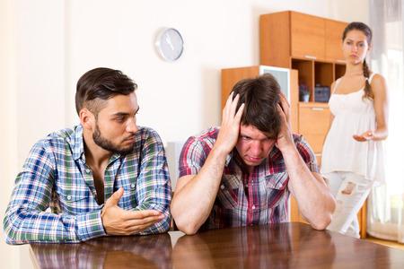 conflicto: conflicto en la familia polígama joven en el interior. Enfoque en la pareja