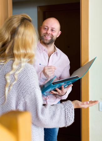 笑みを浮かべて男のドアで人々 の間で調査を実施