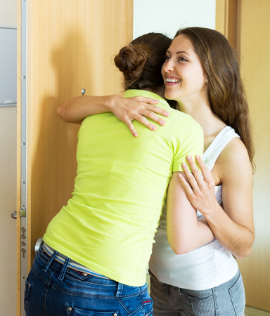 cognate: Young woman visiting her sister in her home
