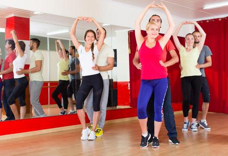 gente bailando: Los j�venes positivos baile latino de baile