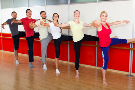gente bailando: Happy smiling adults learning to dance ballet in dancing school