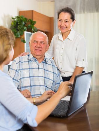 mature people: Sorridente persone mature che parlano di agente o dipendente di societ� a casa