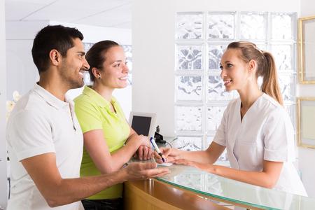 Pacientes pareja rusa jóvenes que visitan la clínica de planificación familiar