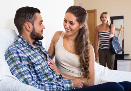 mariage: Upset jeune femme blonde regardant comment les jeunes mari la trompe