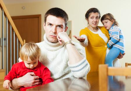 divorcio: Familia con dos hijos que tienen pelea en una habitación