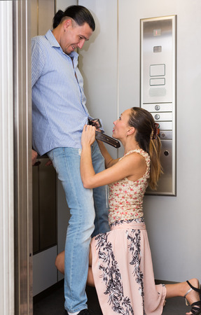 Femme chaude avec son collègue de faire l'amour à un ascenseur de bureau