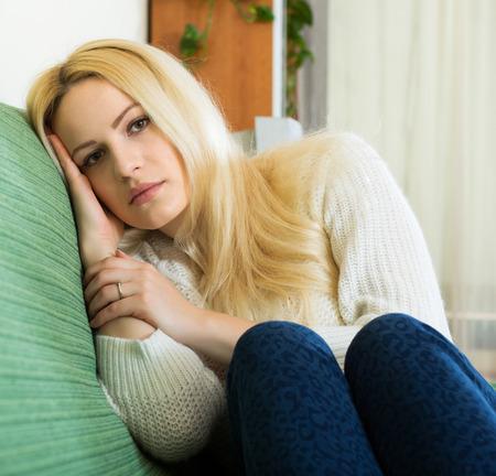 soltería: Mujer joven deprimida que se sienta en silencio y pensando en sus problemas Foto de archivo