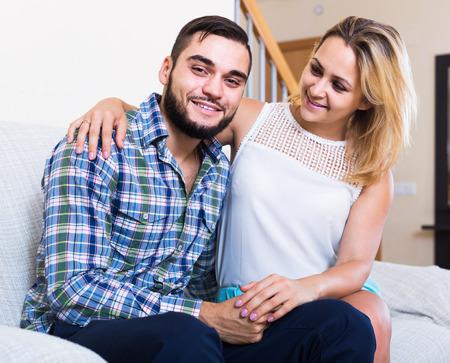 beau mec: Beau mec et gai jolie fille souriante int�rieur Banque d'images