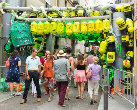residuos toxicos: BARCELONA, ESPA�A - 16 de agosto 2015: el mayor de Festival de Gracia de Barcelona, ??Espa�a. Calles decoradas de barrio de Gracia. Tema del problema de los residuos t�xicos